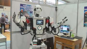 Робот с човешки размери стана атракция на младежко техническо изложение