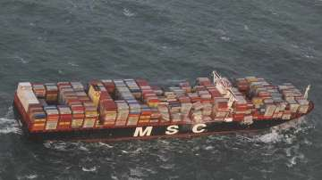 След бурята в Холандия: Телевизори и мебели изплуваха от морето