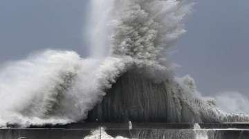 Един загинал и десетки ранени, след като тайфунът Джеби удари Япония