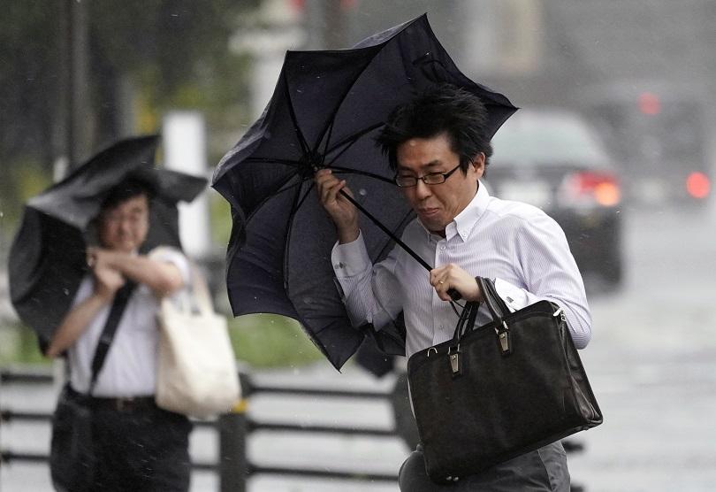 Снимка: Мощен тайфун остави без ток японския остров Окинава