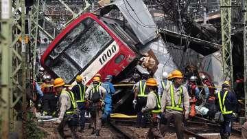 Най-малко 35 души са ранени при сблъсък между влак и камион в Япония