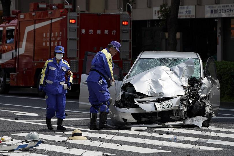 автомобил вряза група деца япония