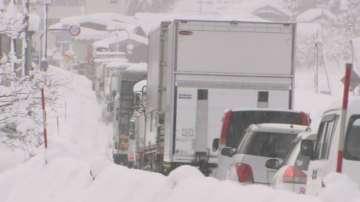Снежни бури блокираха стотици автомобили в Япония