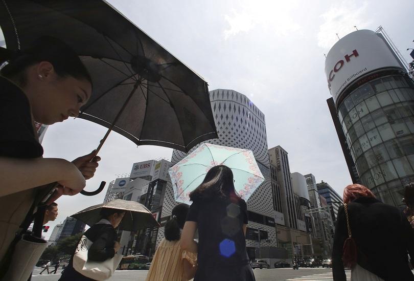 мощен тайфун удря япония смъртоносните наводнения рекордните жеги