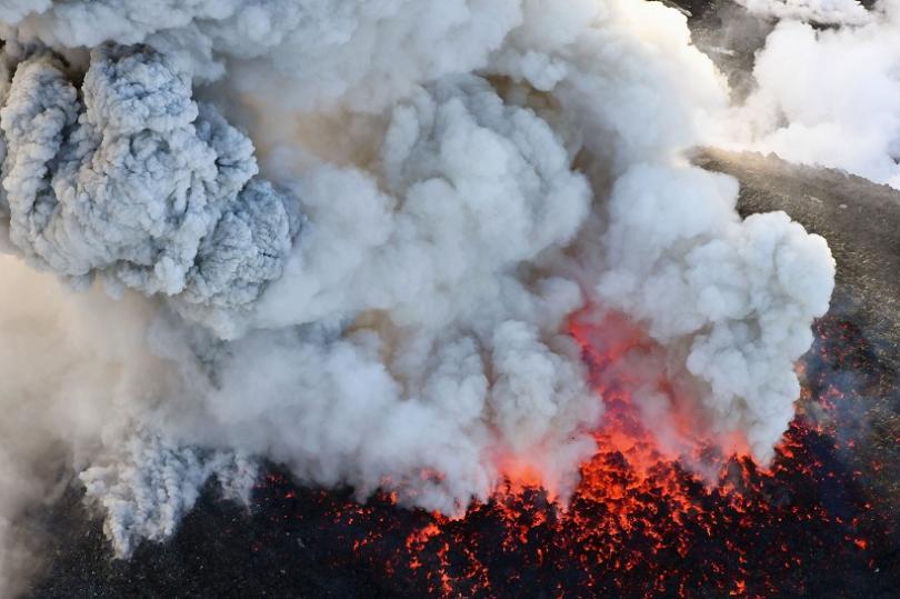 Облакът дим се е издигнал на повече от 4 километра