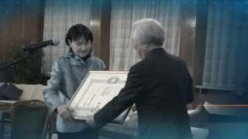 Пианистката проф. Жени Захариева с императорски орден от Япония