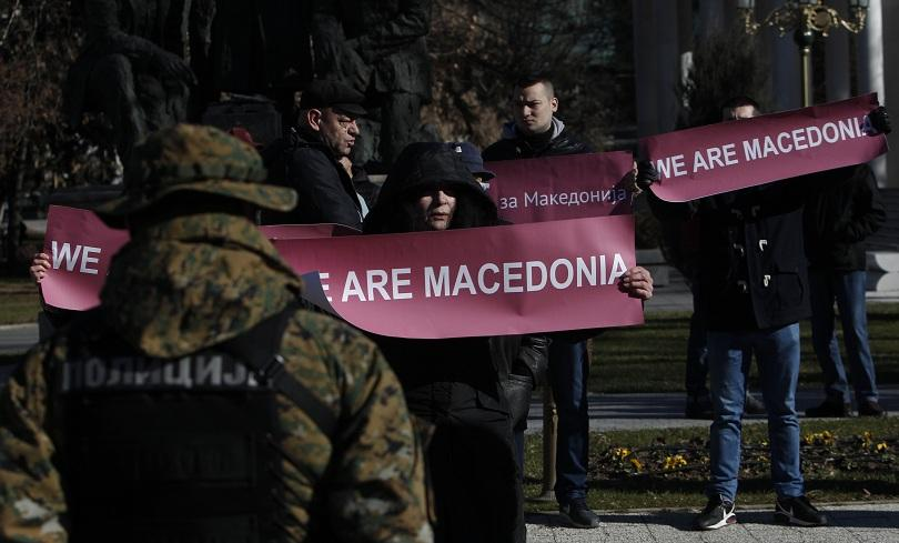 снимка 1 Столтенберг в Скопие: Пред централата на НАТО има място за още знамена