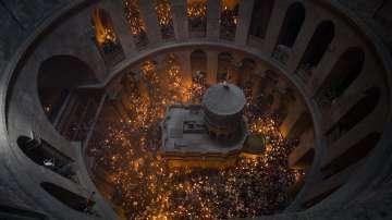 Благодатният огън слезе от небето в църквата на Божи гроб (ВИДЕО / СНИМКИ)