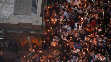 Хиляди поклонници посрещнаха с радост Благодатия огън в Йерусалим