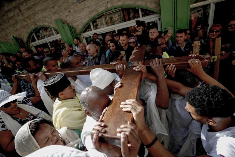 снимка 2 Вярващи изминаха пътя на Христос към Голгота в Йерусалим (СНИМКИ)