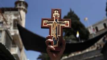 Вярващи изминаха пътя на Христос към Голгота в Йерусалим (СНИМКИ)