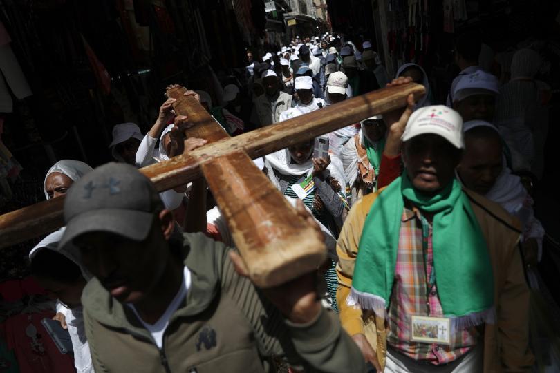 снимка 3 Вярващи изминаха пътя на Христос към Голгота в Йерусалим (СНИМКИ)