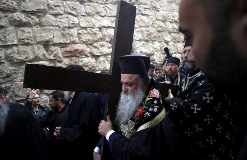 снимка 4 Вярващи изминаха пътя на Христос към Голгота в Йерусалим (СНИМКИ)
