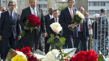 Лавров и Кери положиха цветя пред посолството на Франция в Москва