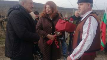 Илияна Йотова се включи в ритуала по зарязване на лозята в село Славовица