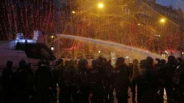 Сблъсъци и сълзотворен газ на поредния протест на жълтите жилетки