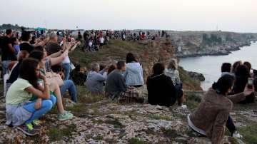 Традиционно изгревът на 1-ви юли се посреща и до Камен бряг, където се организират и концерти с известни рокзвезди.