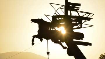 """Юлското слънце изгрява над композицията """"Летящият Пегас"""" в Благоевград."""