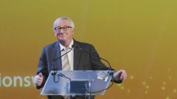Юнкер с танцови стъпки преди реч в Брюксел