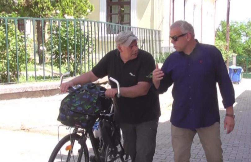 Велосипедистът на света -така е известен гръцкият журналист Григорис Вериотис.