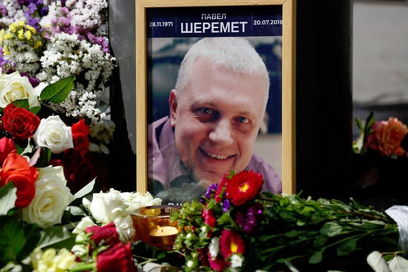 Стотици дойдоха да се сбогуват с убития в Украйна журналист Павел Шеремет