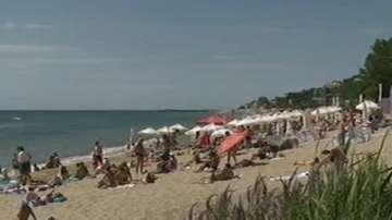 Кални реки посрещат почиващите на плаж Кабакум