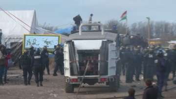 Тир с български шофьор изгоря след опит да премине през мигрантския лагер в Кале
