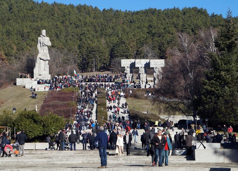 На паметника на Христо Ботев в Калофер бяха поднесени венци цветя