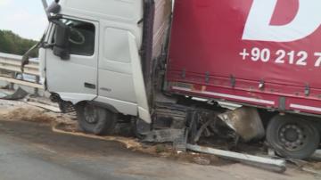 Тежкотоварен камион катастрофира край Бяла