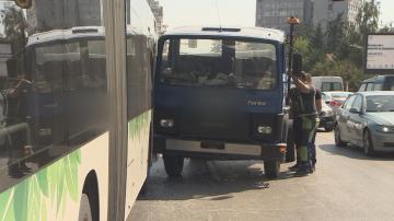 Камион се блъсна в автобус по линия 413 в София