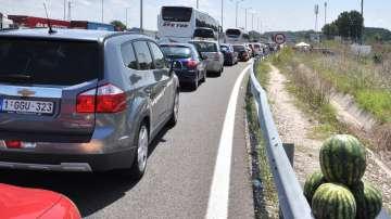 Засилен трафик и опашки по границите ни с Румъния и Турция