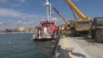 Започна изваждането на кораб, пострадал от бурите в Бургас