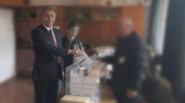 Председателят на ДПС Мустафа Карадайъ гласува тази сутрин