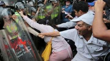 Сблъсъци между пенсионери и полиция във Венецуела