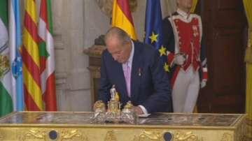 Испанският крал Хуан Карлос абдикира