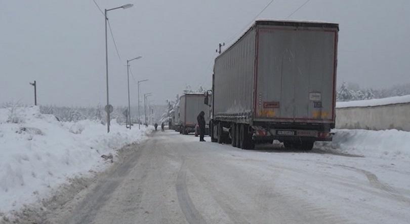 снимка 1 Изтеглят закъсали тирове край Карлово