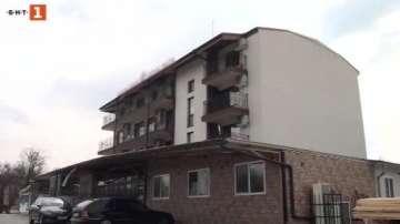 Ламарина падна от покрива на хотел в Баня и замалко не уби турист