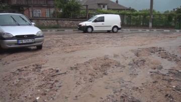Поройни дъждове отнесоха пътища и улици в Карловско