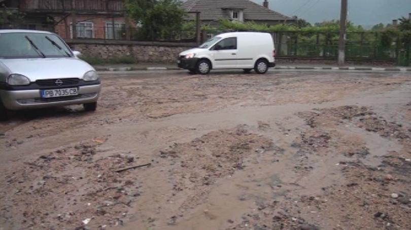 поройни дъждове отнесоха пътища улици карловско