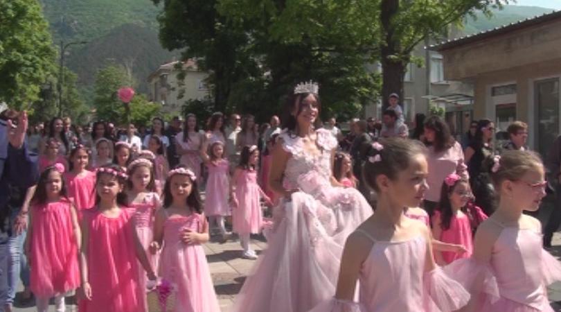 Рекорден брой туристи за Празника на розата в Карлово