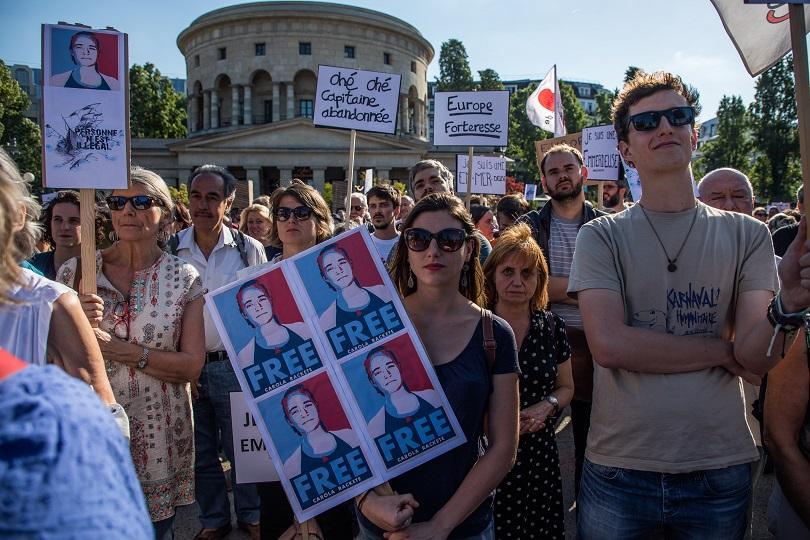 граждани излизат подкрепа капитан карола ракете берлин
