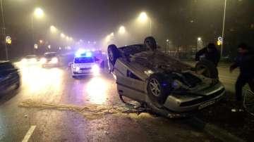 Кола се преобърна на главен булевард във Варна