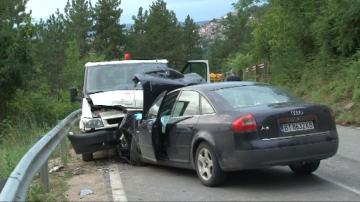 Шестима души пострадаха при удар на бус и автомобил