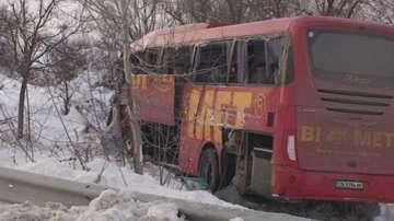 Десет души са ранени при катастрофа между два автобуса и микробус