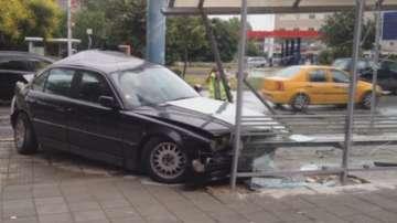 Автомобил се вряза в автобусна спирка в Пловдив