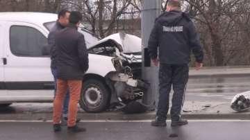 Кола се удари в тролейбусен стълб в Бургас