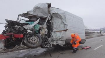 Мъж е загинал при катастрофа между камион и микробус в района на село Ивановци