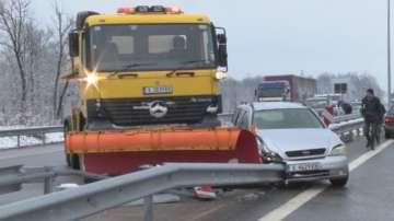 Катастрофа между автомобил и снегорин на АМ Марица