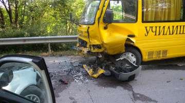 В тежко състояние е жената, която се вряза с колата си в училищен автобус