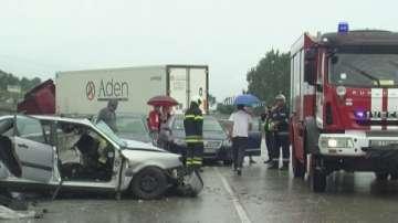 Трима души, сред които и дете, са ранени при катастрофата на път Е-79